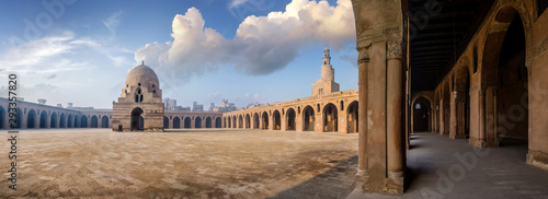 Photo Stands Old building The Mosque of Ahmad Ibn Tulun is Cairo's oldest mosque located in the Islamic area, Egypt.