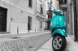 kleiner bunter Motorroller in einer Italienischen Altstadt mit Schwarz weißem Hintergrund