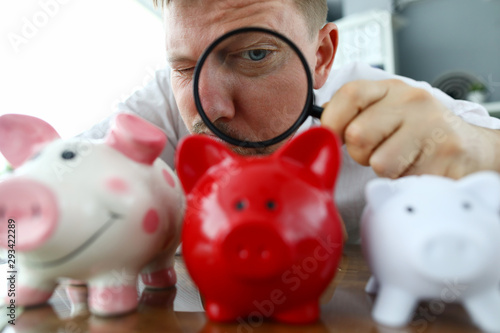 Photo Male musinessman hold magnifying glass in hand
