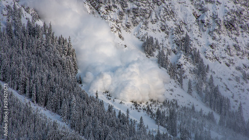 Fotografiet Snow avalanche in the austrian alps.