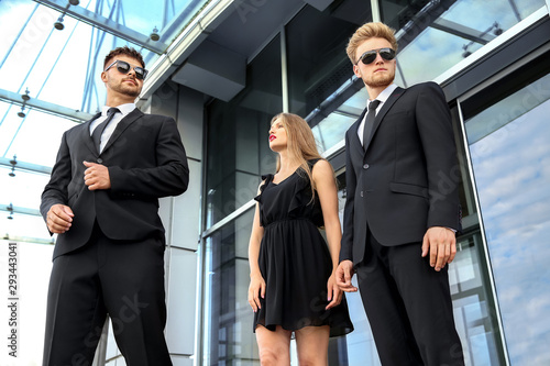 Fotomural Famous celebrity with bodyguards outdoors