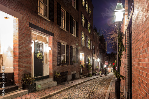 Photo Stands Old building A Christmas Night in Boston