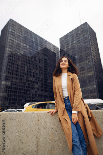 Photo woman walks the streets of Chicago in a brown cloak