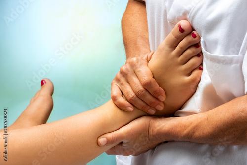 Photo  Physiotherapist massaging human foot