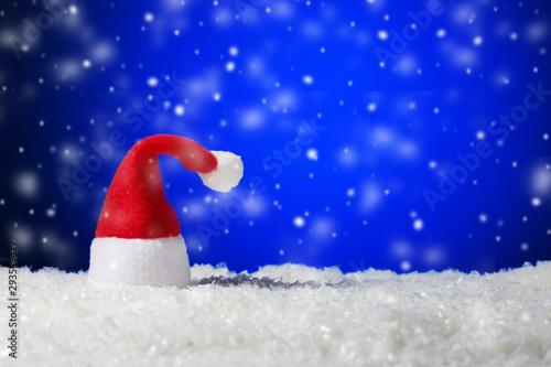 Montage in der Fensternische Dunkelblau Santa Claus hat on blue snowing background with copy space