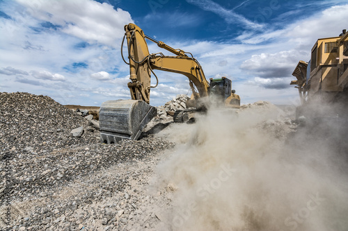 Cuadros en Lienzo Excavator moving gravel in a quarry