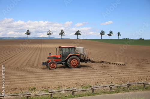 Photo トラクターとメルヘンの丘