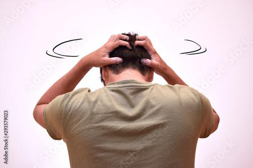 Valokuva  頭を振りながら悩む男性の後ろ姿