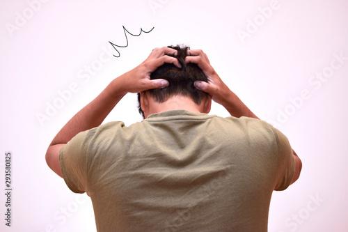 Obraz na plátně  ショックを受け頭を抱える男性の後ろ姿