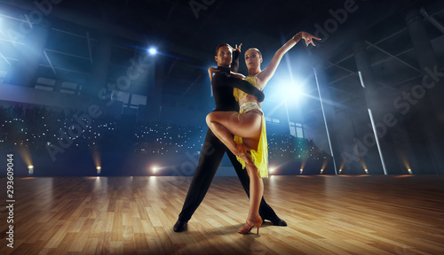 Foto Couple dancers  perform latin dance on large professional stage