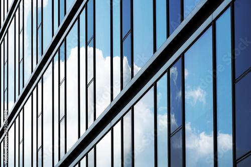 Fototapeta Glasfassade mit Wolkenspiegelung obraz
