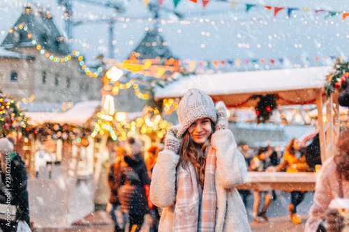 obraz dibond Girl walking on Christmas Market on Red Square in Moscow