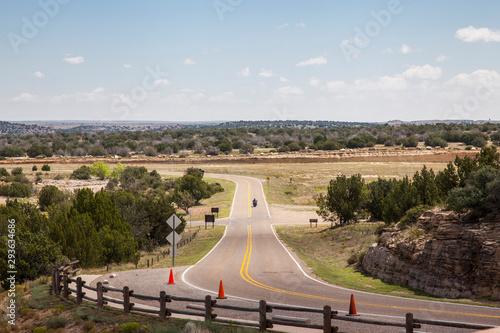 Montage in der Fensternische Route 66 paisaje de carretera americana con moto