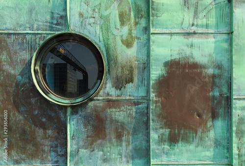 Photo Vintage single round porthole window with reflection of a traffic sign