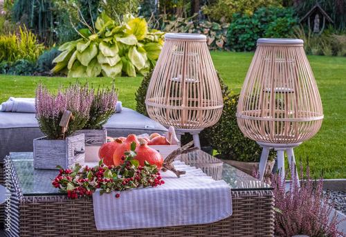 Obraz Klimatyczne miejsce w ogrodzie jesienią - fototapety do salonu