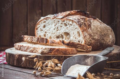 Foto Geschnittenes Brot auf einem Holzbrett mit Zutaten