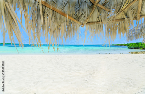 Photo  relaxing amazing gorgeous view from palapa on white sand tropical beach toward t