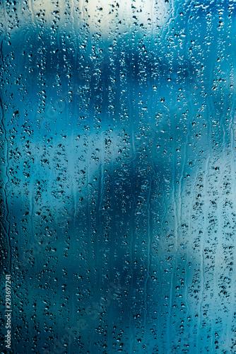 krople-deszczu-na-niebieskim-oknie-z-powrotem