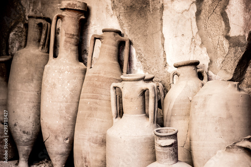 Photo Antique ceramic jugs, pots and vases in ancient city Ercolano of roman times rui