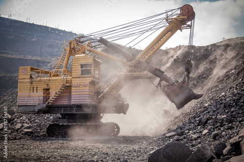 Pinturas sobre lienzo  excavator in quarry
