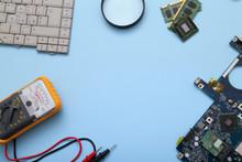 Tecnico Impegnato Alla Riparazione Di Computer E Tablet
