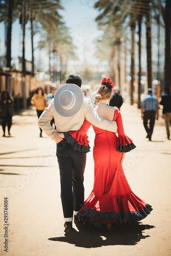pareja andando de espaldas con vestido rojo