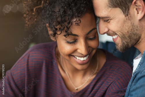 Photo Romantic multiethnic couple in love