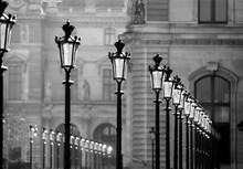 Straßenlaternen Paris Schwarz-weiß Nostalgie Vintage Louvre Palast Metrople Reihe Perspektive Graustufen Leuchten Lichter Museum Arrondissement Ile De France Tor Mauern Fassade Hauptstadt Frankreich