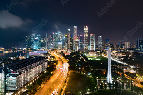 Photo  Panorama of Singapore business district skyline and skyscraper with War Memorial Park in night at Marina Bay, Singapore