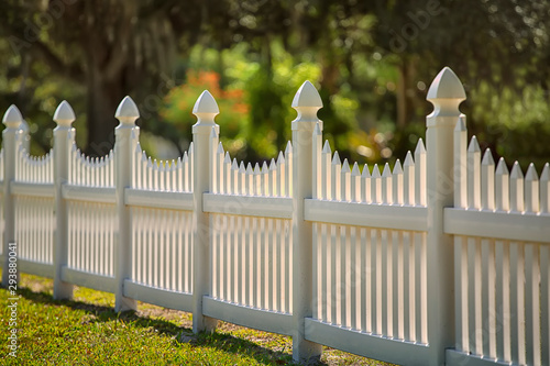 White Scalloped Vinyl Picket Fence Fototapet