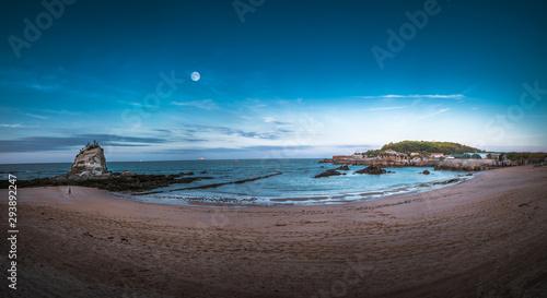 Montage in der Fensternische Cappuccino Sardinero Beach in Santander. Spain