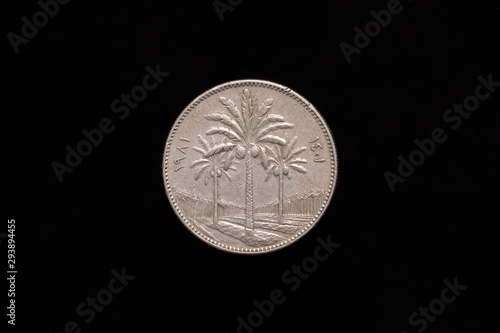 Photographie Old Iraqi 50 fils coin from 1981, obverse showing three palm trees in the foreground