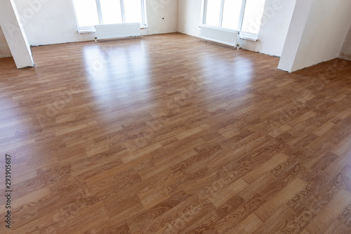 Fototapeta Laminate flooring in the interior of a spacious room in a new building obraz na płótnie