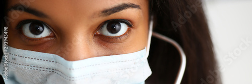 Photo  Black female doctor in a face mask