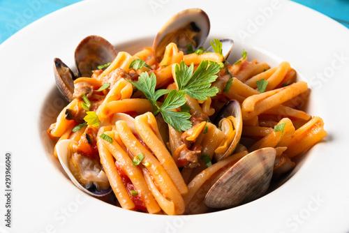 Vászonkép Pasta casereccia con salsa di vongole veraci, cibo mediterraneo