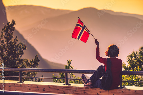 Foto auf Gartenposter Lachs Tourist with norwegian flag and mountains landscape