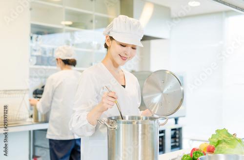 Fototapeta 給食センター 厨房 女性調理師 obraz