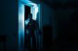 canvas print picture - Einbrecher bricht auf Diebestour in Wohnung ein