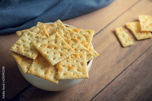 Foto auf Gartenposter Brot Crispy crackers with sesame in bowl.