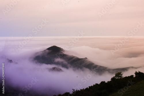 Montaña siendo engullida por las nubes Wallpaper Mural