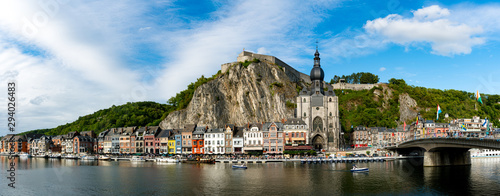 Foto panorama view of the small town of Dinant on the Maas river with the historic ci