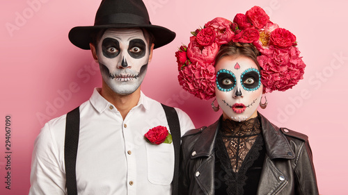 Foto Surprised zombie man and spooky female wear mexican makeup, celebrate day of dea
