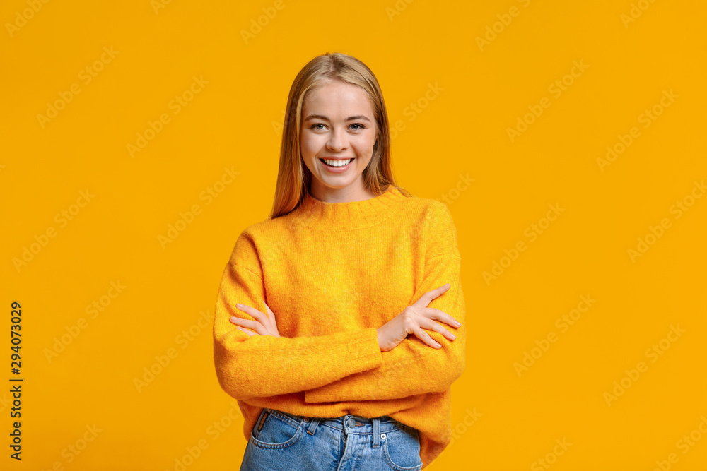 Fototapety, obrazy: Beautiful young girl posing to camera with folded arms