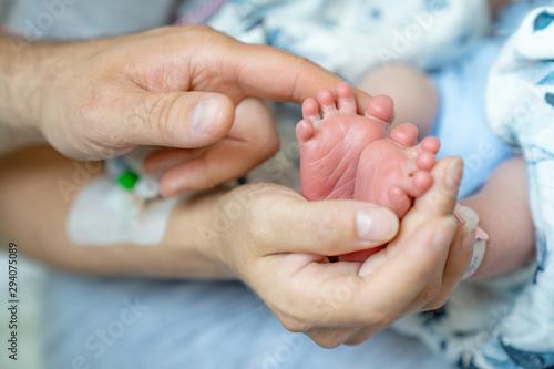 Obraz na plátně Stopy noworodka w dłoniach rodziców