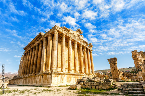 Photo Ancient Roman temple of Bacchus with surrounding ruins with blue sky in the back