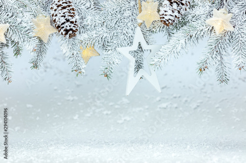 Pinturas sobre lienzo  christmas background with snowy fir tree branches, cones and garland lights with