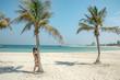 dziewczyna na rajskiej plaży z palmą