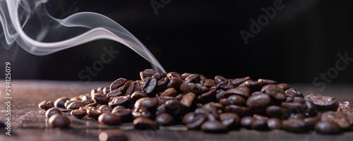 ziarna-kawy-na-drewnianym-stol