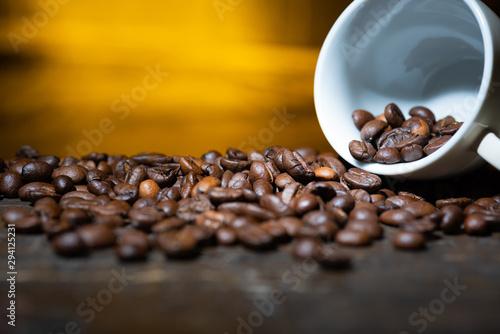 Kaffeebohnen in einer Espressotasse auf einem Holztisch Wallpaper Mural