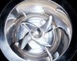 particolare di macchinario con lame rotanti in acciaio inox per la miscelazione delle materie plastiche primarie